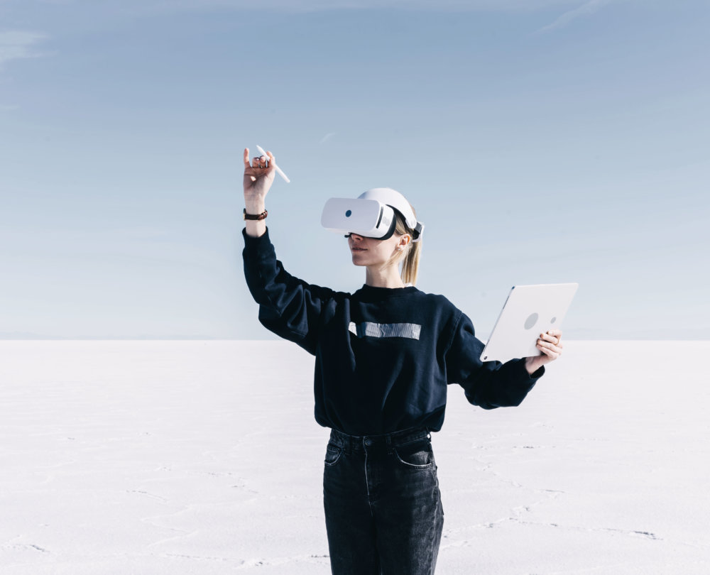 jeune fille avec casque de realite virtuelle